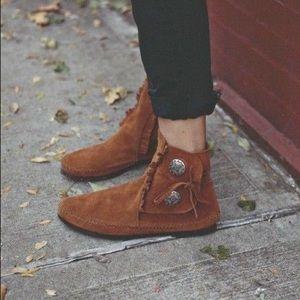 Minnetonka Shoes - MINNETONKA MOCCASINS 2-Button Hardsoles Boots
